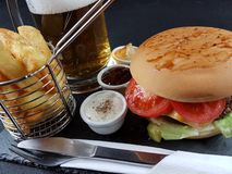 Еда питья плиты столового прибора соусов бургера вкусная Стоковое Изображение RF