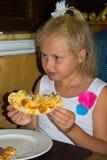 еда пиццы девушки Стоковое Фото
