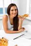 еда пиццы Женщина есть итальянскую еду Питание фаст-фуда Li Стоковые Изображения