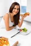 еда пиццы Женщина есть итальянскую еду Питание фаст-фуда Li Стоковые Изображения RF