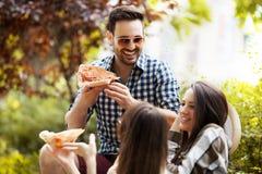 еда пиццы друзей Стоковые Фото