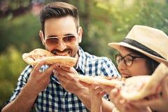 еда пиццы друзей Стоковое фото RF