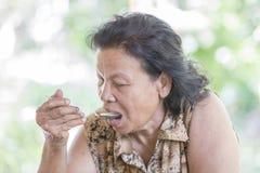 Еда пожилой женщины Стоковое Изображение