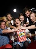 еда попкорна людей Стоковое Фото