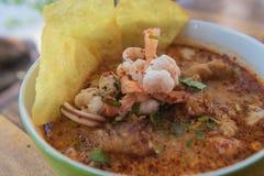 Еда пряного супа ` goong Тома ` yum тайская стоковое изображение