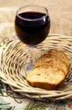 Еда - плита с хлебом и красным вином Стоковое фото RF