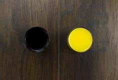 Еда плохой еды апельсинового сока коки здоровая конфронтация плохой еды с полезной деревянной предпосылкой Стоковые Изображения
