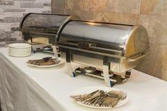 Еда ресторанного обслуживании - стальные вилки и плиты фарфора Стоковая Фотография