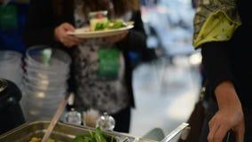 Еда рудоразборки от шведского стола на конференции сток-видео