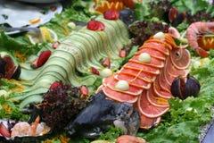 Еда рыб на таблице Стоковое Изображение