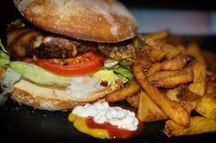 еда рыб огурца принципиальной схемы цыпленка сыра бургера предпосылки глубокая зажарила томат сандвича салата старья деревянный Стоковые Изображения