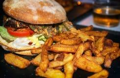 еда рыб огурца принципиальной схемы цыпленка сыра бургера предпосылки глубокая зажарила томат сандвича салата старья деревянный Стоковая Фотография