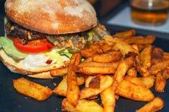 еда рыб огурца принципиальной схемы цыпленка сыра бургера предпосылки глубокая зажарила томат сандвича салата старья деревянный Стоковое Изображение RF
