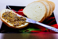 Еда, сандвичи с зернистым мустардом, закуской на плите Стоковые Фото
