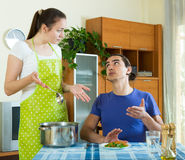 Еда сервировки женщины ее человек Стоковые Изображения