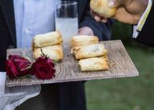 Еда сервировки кельнера Стоковое Фото