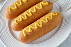 Еда собаки мозоли традиционная американская зажарила сосиску мяса горячей сосиски с мустардом на верхней части Стоковое Изображение