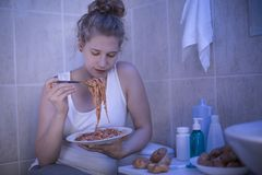 еда спагетти девушки Стоковые Фотографии RF