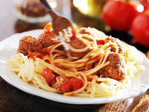 Еда спагетти и фрикаделек с видимой нерезкостью движения стоковые фото