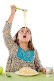 еда спагетти девушки драгоценного Стоковое фото RF
