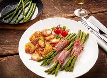 Еда спаржи, poscuitto и картошек на плите Стоковые Изображения RF