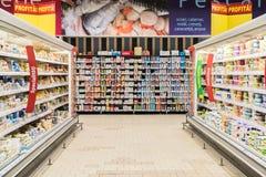 Еда супермаркета в холодильниках на междурядье магазина стоковое изображение rf