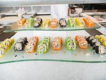 Еда суш японская аранжировала красиво в стеклянном блюде Стоковое Изображение
