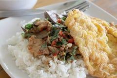 еда тайская Зажаренное разрешение базилика с свининой на рисе Стоковая Фотография RF