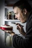 Еда торта от холодильника Стоковая Фотография RF
