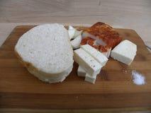 Еда традиционная крестьянская еда, который служат холод на разделочной доске Стоковое фото RF