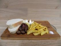 Еда традиционная крестьянская еда, который служат холод на разделочной доске Стоковые Фотографии RF