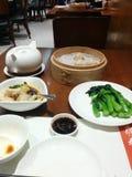Еда тусклой суммы Гонконга на таблице стоковое изображение