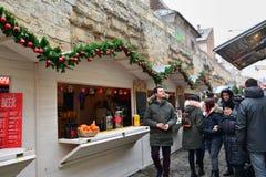 Еда улицы покупки людей и имеет питье на варианте зимы фестиваля еды улицы Стоковое Изображение