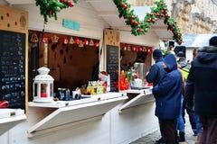 Еда улицы покупки людей и имеет питье на варианте зимы фестиваля еды улицы Стоковые Изображения