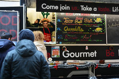 Еда улицы покупки людей на варианте зимы фестиваля еды улицы Стоковые Фото