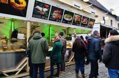 Еда улицы покупки людей на варианте зимы фестиваля еды улицы Стоковые Фотографии RF