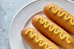 Еда улицы corndog собаки мозоли американская зажарила закуску сосиски мяса горячей сосиски с мустардом Стоковые Фотографии RF