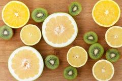 Еда цитруса плодоовощ на деревянной предпосылке Стоковые Изображения RF