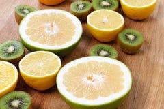 Еда цитрусовых фруктов, апельсин, грейпфрут лимона и киви Стоковые Изображения RF