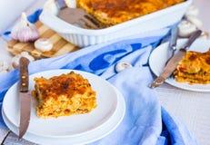 Еда части лазаньи мяса с грибами, голубое полотенце Стоковое Изображение RF