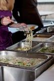 Еда шведского стола ресторанного обслуживании группы людей Стоковые Фотографии RF