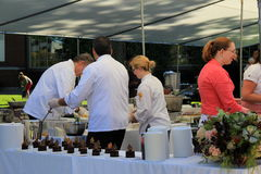Еда шеф-повара подготавливая для вкуса северной страны, Glens Falls, Ny, 15-ое сентября 2013 Стоковая Фотография RF
