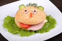 Еда для детей - гамбургер потехи стоковое изображение rf