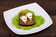 Еда для детей - мышь потехи с сыром на хлебе стоковое изображение rf