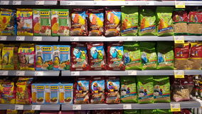 Еда для животных, птиц Shelving в магазине Стоковое Фото
