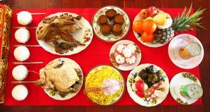 Еда для уважения оплаты к китайскому богу Стоковые Изображения RF
