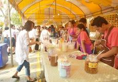 Еда Offerring к людям на монастыре спетом Tha Стоковое Изображение