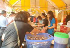Еда Offerring к людям на монастыре спетом Tha Стоковая Фотография RF