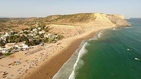 дел Видео- полет над пляжем Luz в Лагосе акции видеоматериалы