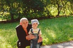 дед внучки outdoors ся Стоковое Изображение